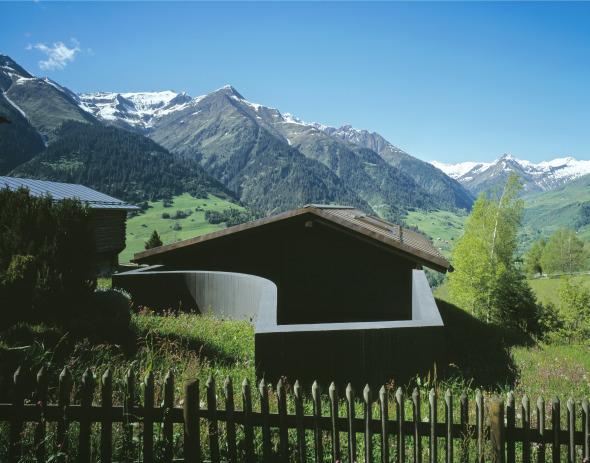 Formprägende Elemente sind Mauer und Dach © Ruedi Walti, Basel