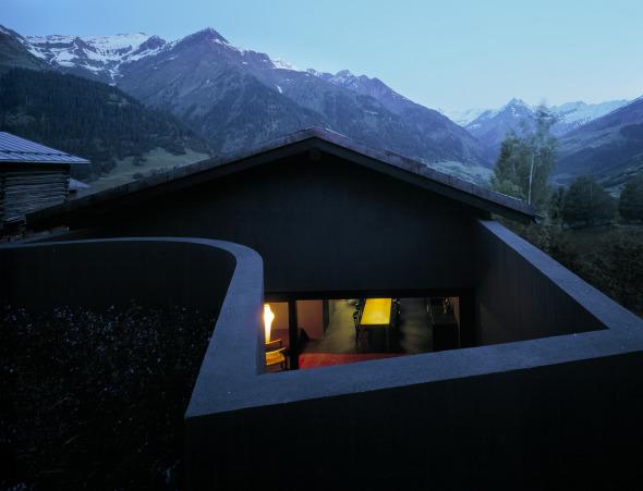 Der hintere Bereich im Erdgeschoss wird über das Atrium belichtet © Ruedi Walti, Basel