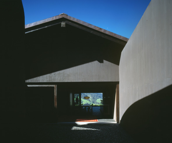 Die drei Raumzonen im Erdgeschoss bilden eine Abfolge © Ruedi Walti, Basel