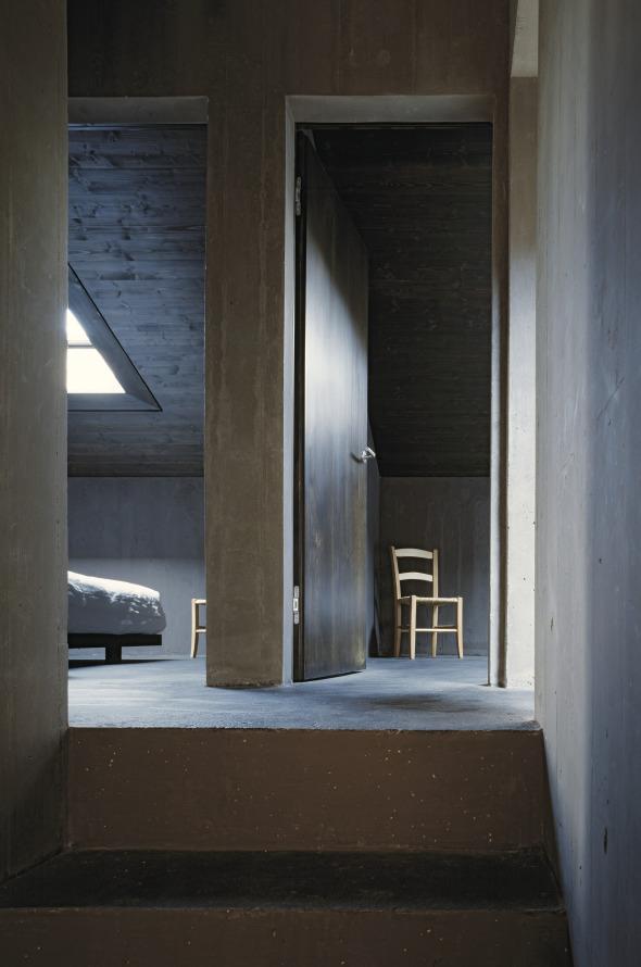 Die drei Schlafkammern im Obergeschoss werden durch Oberlichter belichtet © Ruedi Walti, Basel