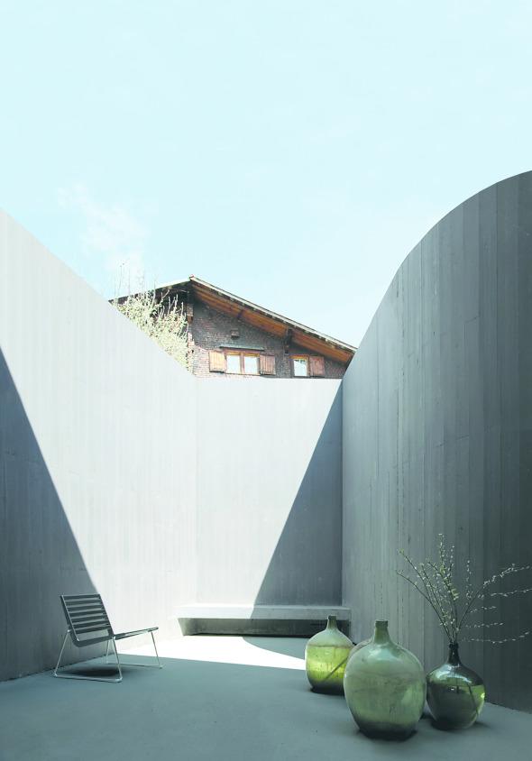 Der Hof bildet einen Ort der Kontemplation  © Morger + Dettli Architekten, Basel