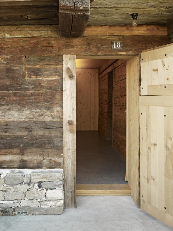 Der Neubau wird durch den alten Zugang zum Stall erschlossen.  © Ruedi Walti, Basel