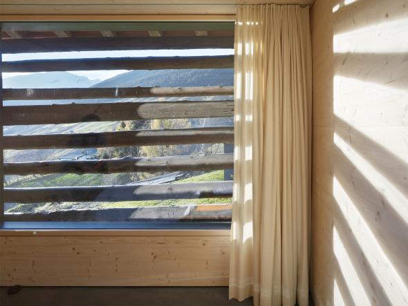 Der bestehende Strick dient als Fassade und Sonnenschutz gleichermassen. © Ruedi Walti, Basel
