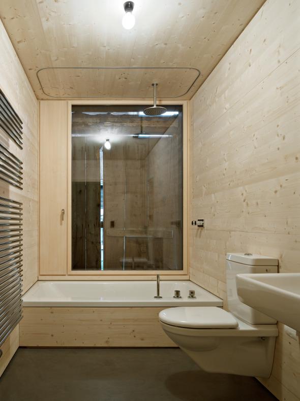 Badezimmer mit Badewanne. Die Boden besteht aus gefärbten Beton.  © Ruedi Walti, Basel