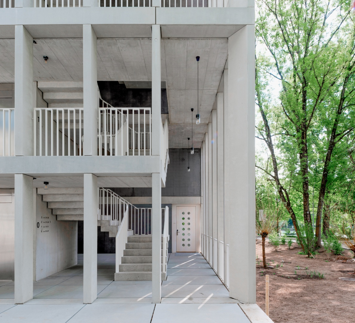 La cage d'escalier ouverte relie des deux côtés les quatre étages du nouveau dortoir. Les éléments préfabriqués de la façade et de l'escalier en béton blanc sont assemblés de manière exemplaire. © Adrian Scheidegger