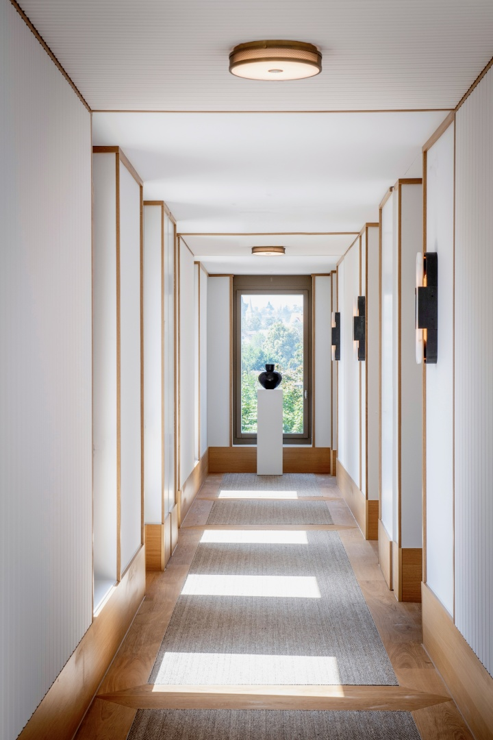 Les espaces intérieurs se caractérisent par l'utilisation  du bois, que l'on trouve au  niveau des sols, revêtus d'un parquet en chêne, ainsi que  des nombreux travaux de menuiserie sophistiqués. © Brady Williams