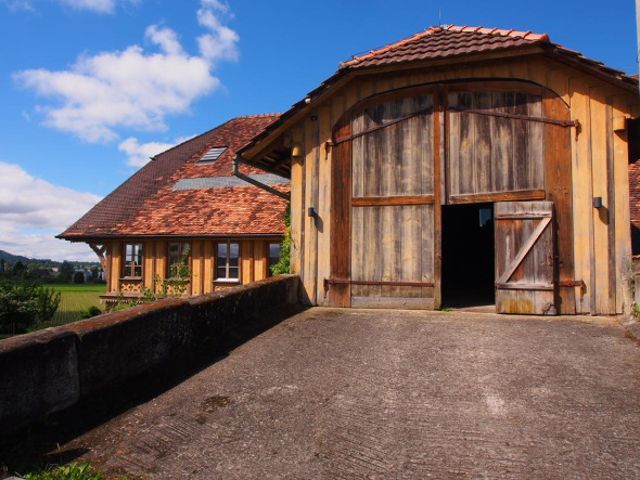 Ostansicht mit Eingang zu Dachwohnungen über die Hocheinfahrt © BST