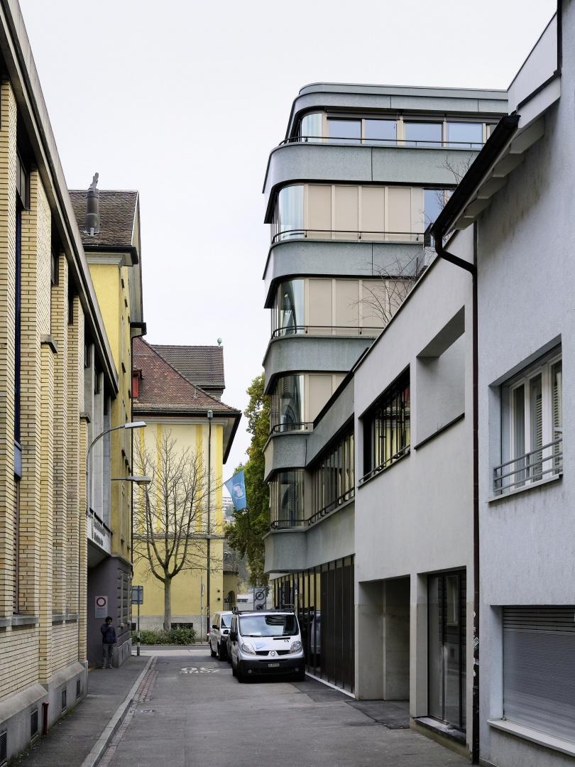 Die nach Westen orientierte, zerklüftete Gebäuderückseite umschliesst einen internen Hof.  © Peter Tillessen
