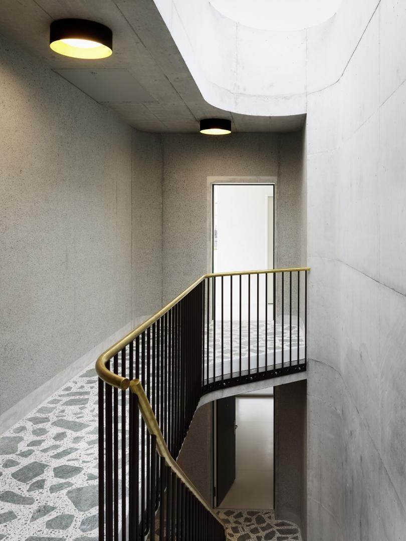 Sowohl die Fussböden wie auch die Geländer des Treppenhauses sind eine Hommage an die Architektur der 1950er-Jahre. © Peter Tillessen