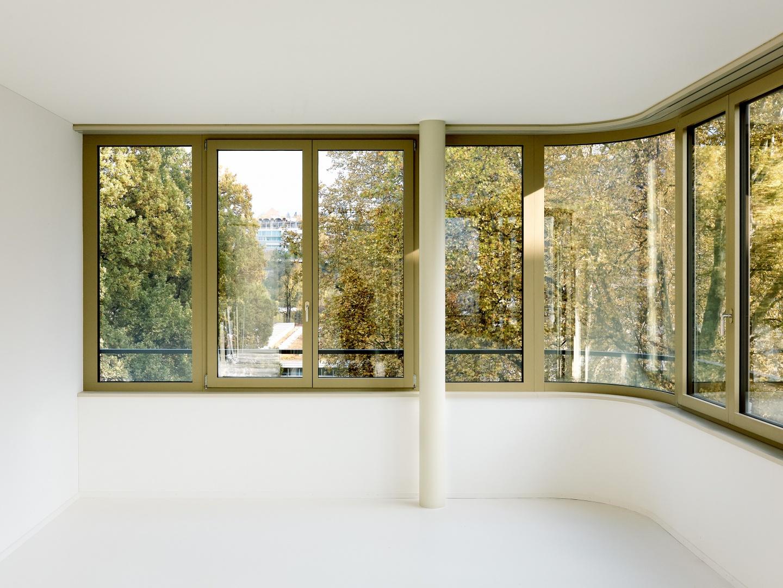 Die Architekten haben die Fensterbänder um die Ecken geführt und hierfür mit gekrümmten Scheiben und  mit eingestellten Säulen gearbeitet.  © Peter Tillessen