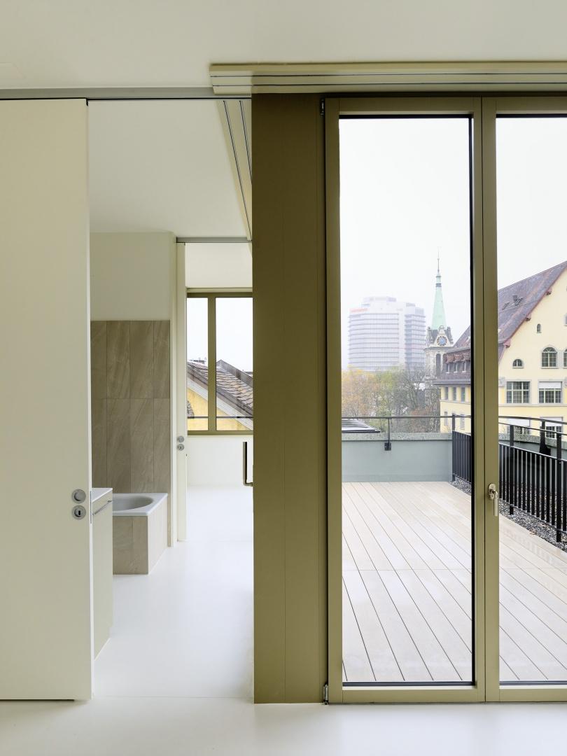 Die Zimmertüren liegen  in der Regel immer unmittelbar hinter der Fassade.  © Peter Tillessen