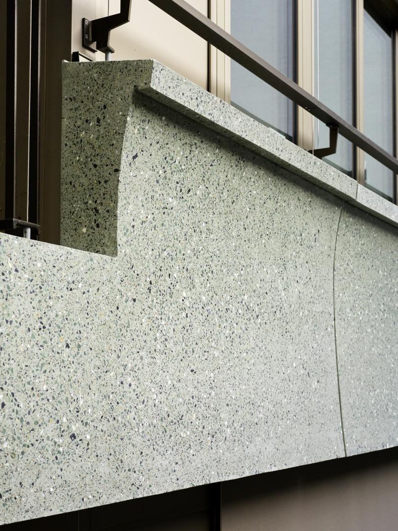 Fassadenbänder aus terazzoähnlichem Material  © Peter Tillessen