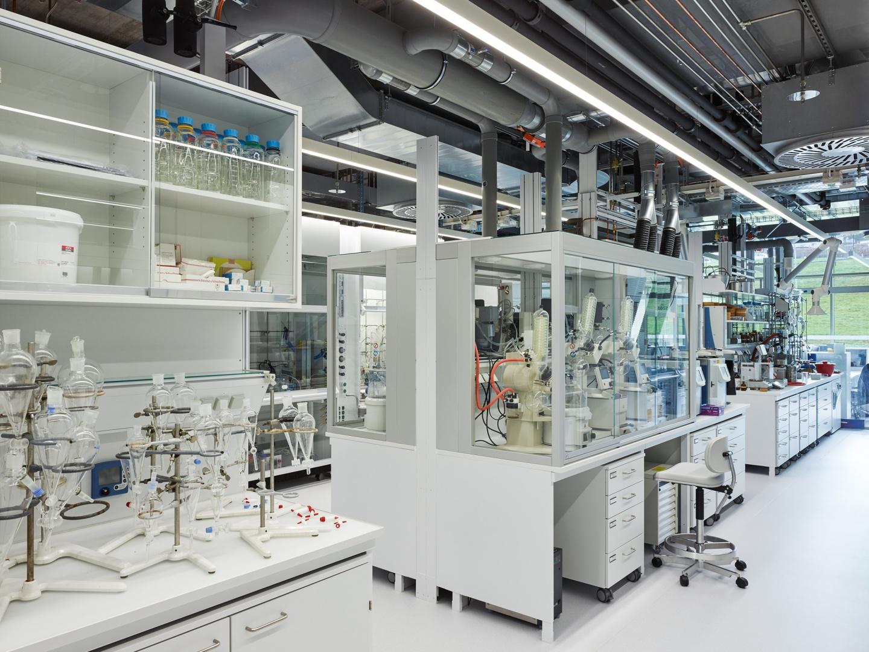 Hochinstallierte Laborwelten © Georg Aerni