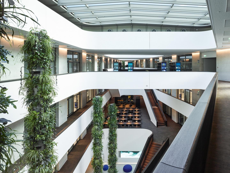 Foyer, Cafeteria, Bibliothek und Oberlicht © Georg Aerni