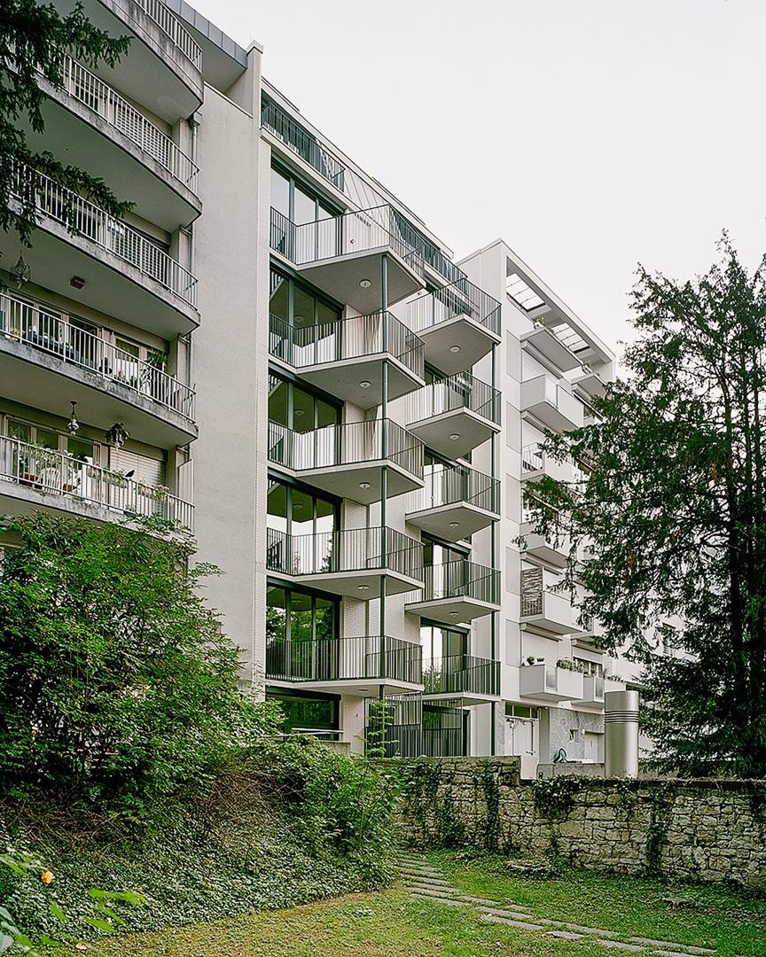 Zur ruhigen Hofseite hin hat jede der acht Kleinwohnungen, sowie die zwei Maisonette-Wohnungen im Parterre, einen sechs Quadratmeter grossen Balkon. © Rasmus Norlander