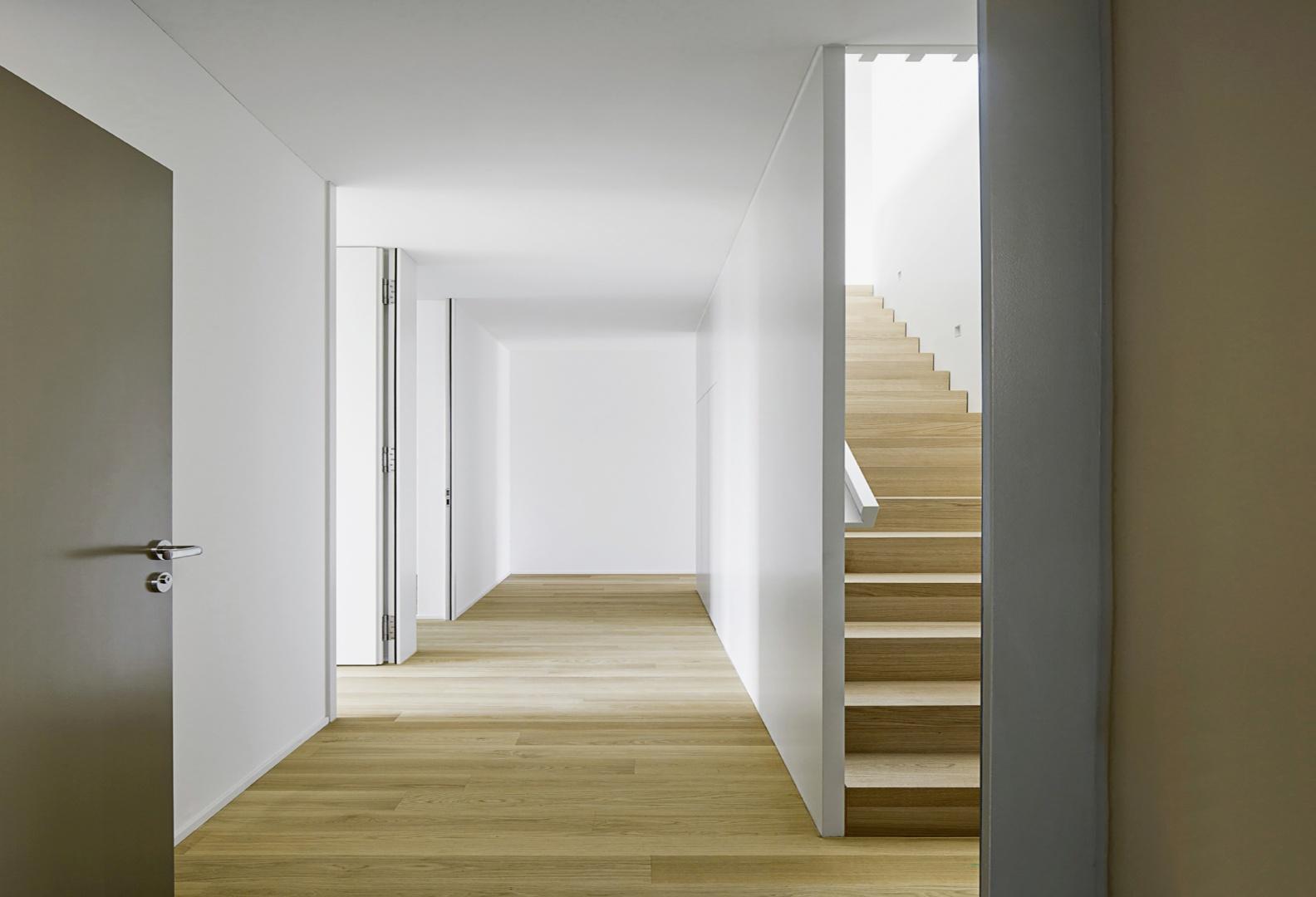 Eingangsbereich der Maisonette-Wohnung im  4./5. Obergeschoss, rechts die Treppe, die ins Attikageschoss führt  © Tom Bisig