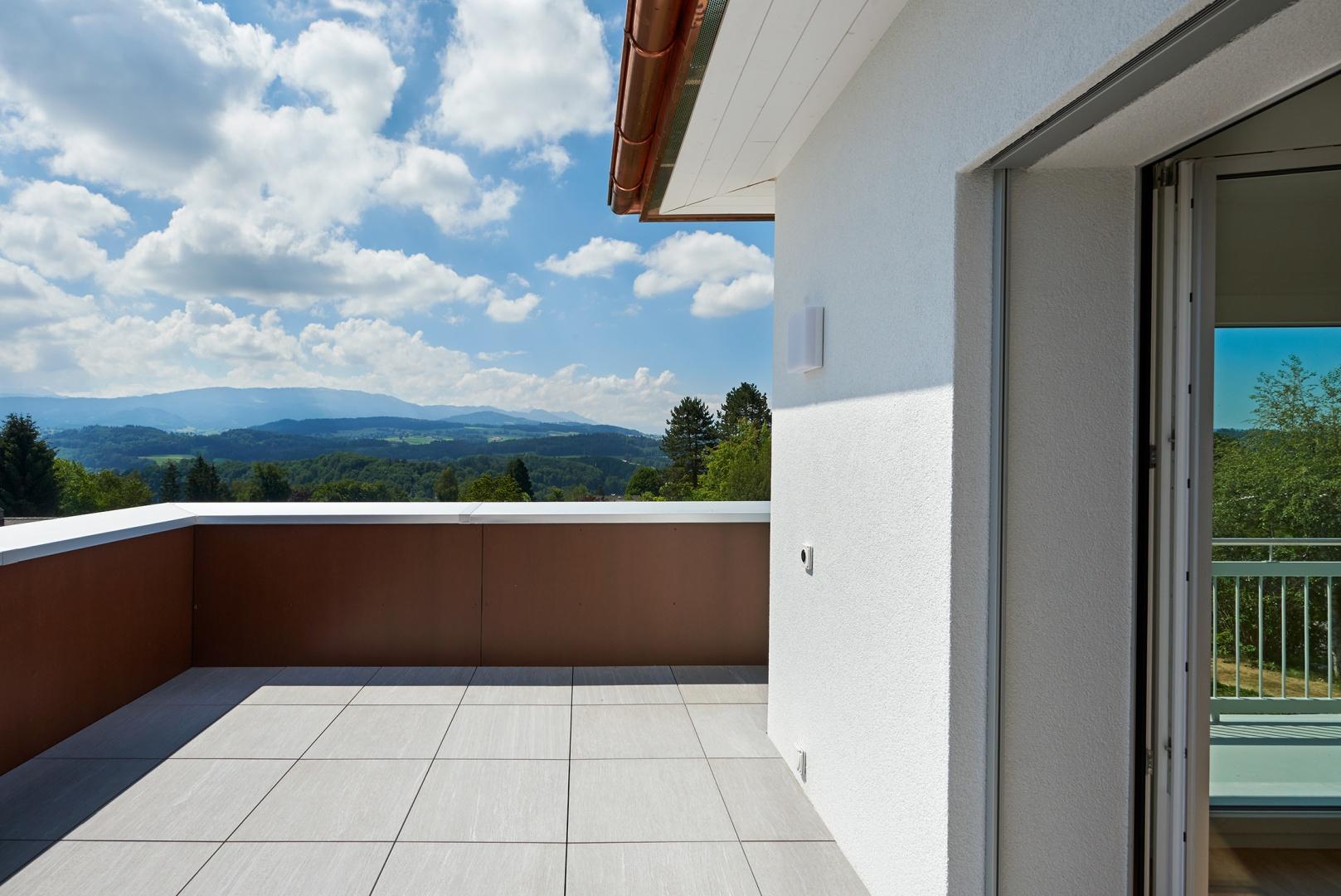 Terrasse sur le toit de l'annexe pour l'appartement créé à l'étage © Corinne Cuendet, Clarens