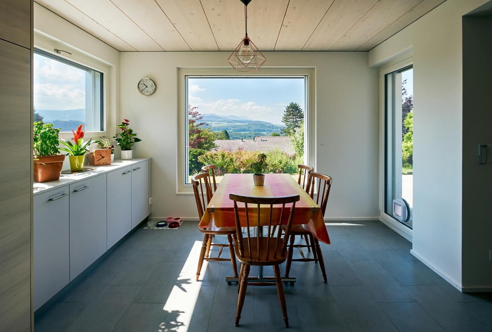 Salle à manger intégrée dans l'annexe en bois © Corinne Cuendet, Clarens