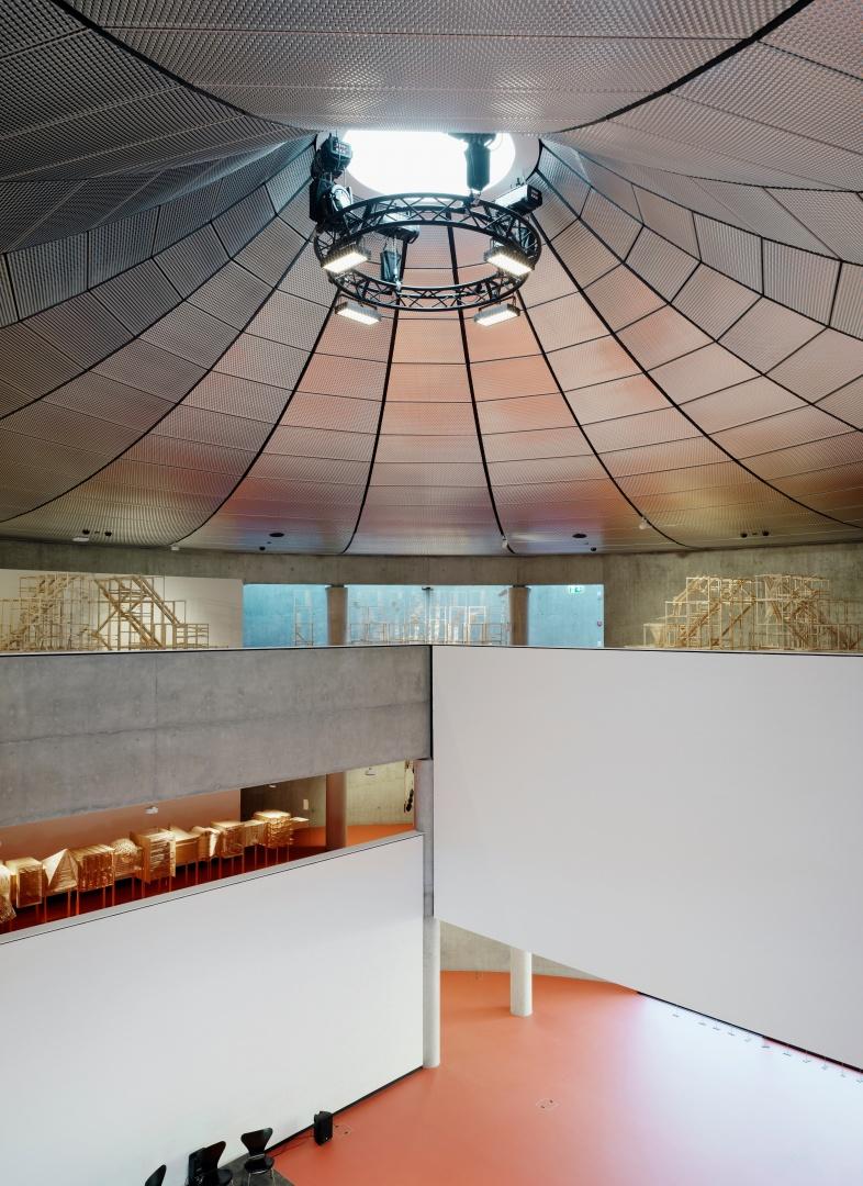 A l'intérieur, une lucarne projette  des rayons zénithaux sur plus de trois mille mètres carrés d'espace et diffuse de la lumière naturelle sur le pourtour des 27 mètres de diamètre. © Enrico Cano