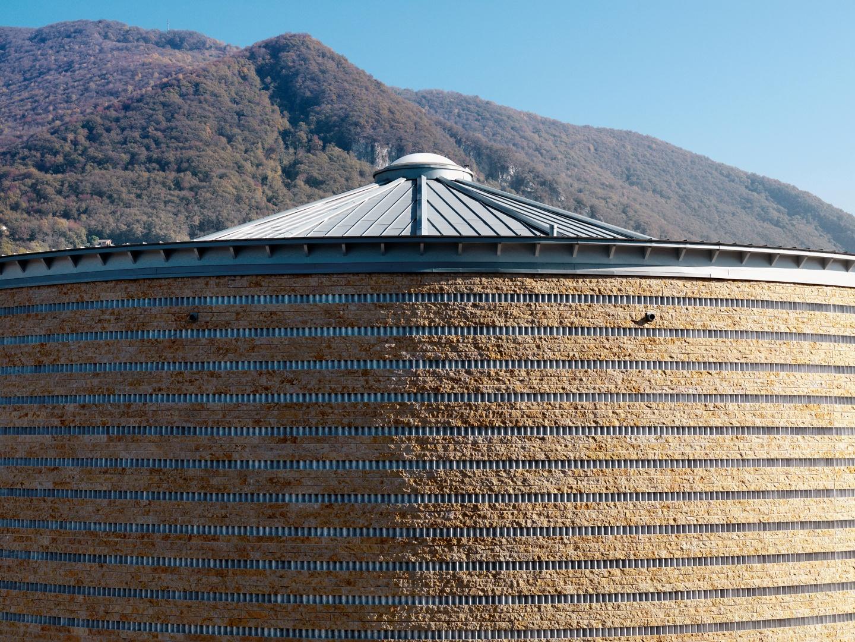 La brique caractérise tout le bâtiment. On remarquera particulièrement la texture de la façade. La couleur dorée et ce grain rugueux de la surface minérale révèlent ensemble l'identité particulière de l'édifice. © Enrico Cano