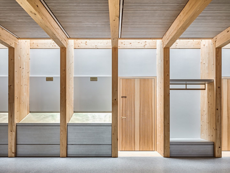Espace-structure: les poteaux abritent différents éléments de mobilier ou encore l'accès aux espaces annexes. L'apport de lumière zénithale magnifie l'ensemble. Un éclairage à fleur de poutre renforce la présence de la charpente. © Roger Frei