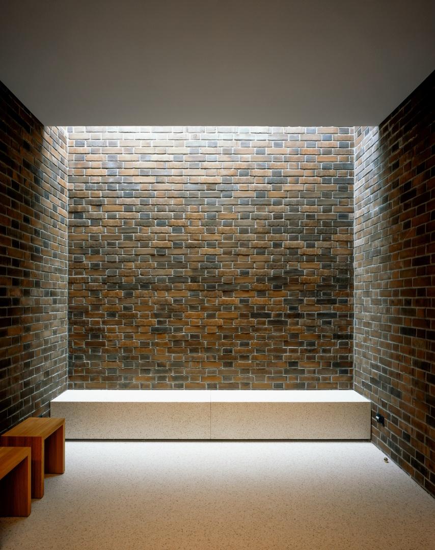 In einer konfessionsneutralen Raumstimmung kommen Angehörige im Andachtsraum zur Ruhe. © Hélène Binet