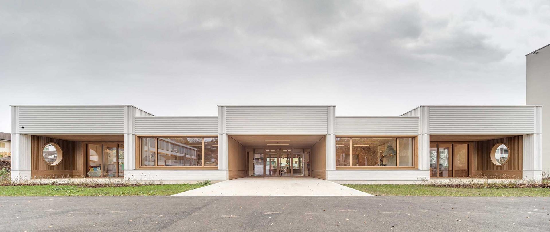 Hauptfassade mit gedeckten Aussenspielbereichen © Radek Brunecky