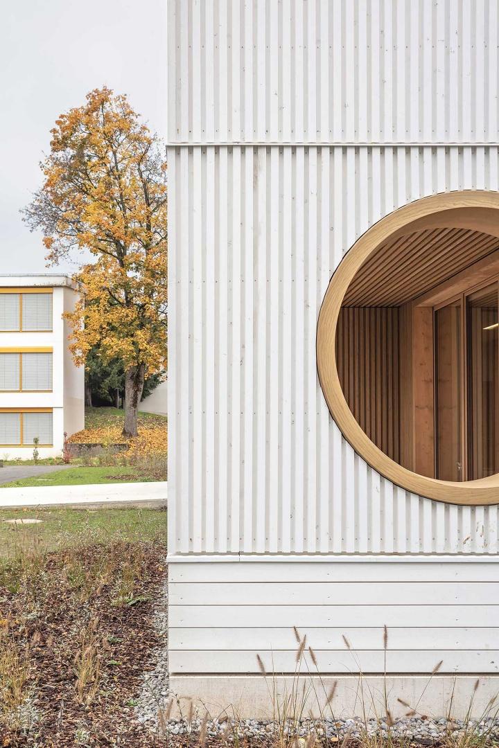 Rundes Fensterfries aus dampfgebogenem Eschenholz © Radek Brunecky