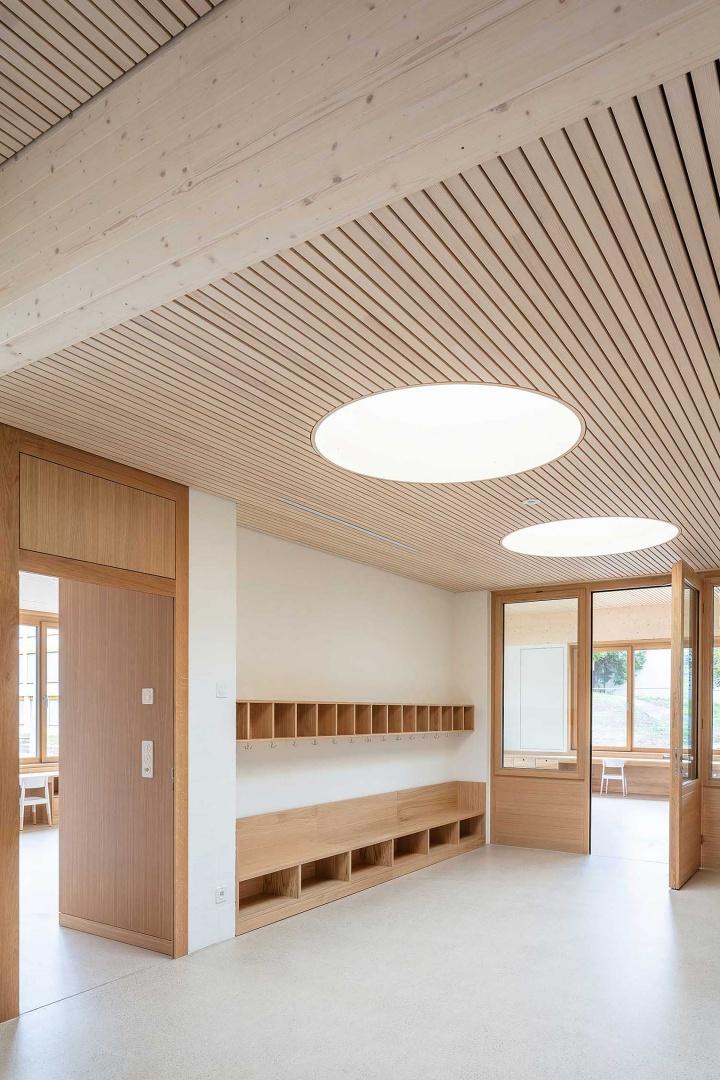 Garderobenzone mit Blick in den Kindergarten- und Gruppenraum © Radek Brunecky