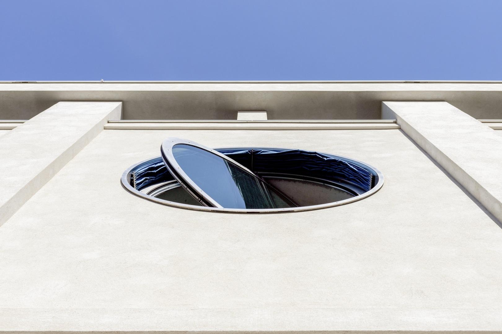Rundfenster aus Chromstahl © Lukas Schwabenbauer