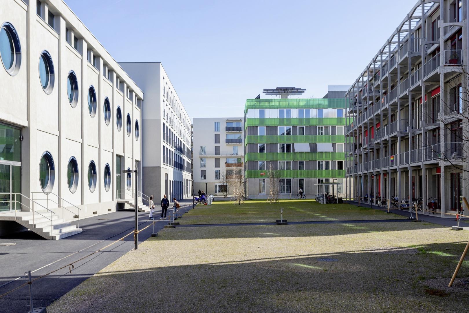 Das Silogebäude bildet mit dem anschliessenden Studentenwohnhaus  von Duplex Architekten einen akustischen Abschluss zur lauten Seite des Areals. © Lukas Schwabenbauer
