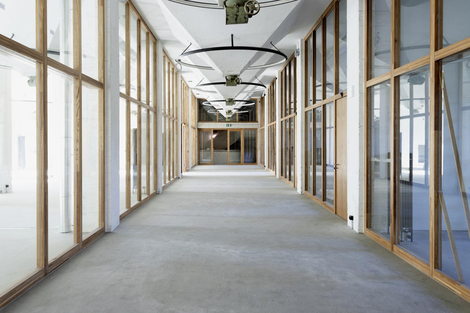 Im Erdgeschoss, wo früher Kaffeebohnen in Säcke abgefüllt wurden (links), befindet sich heute das Restaurant und Seminarräume. © Lukas Schwabenbauer