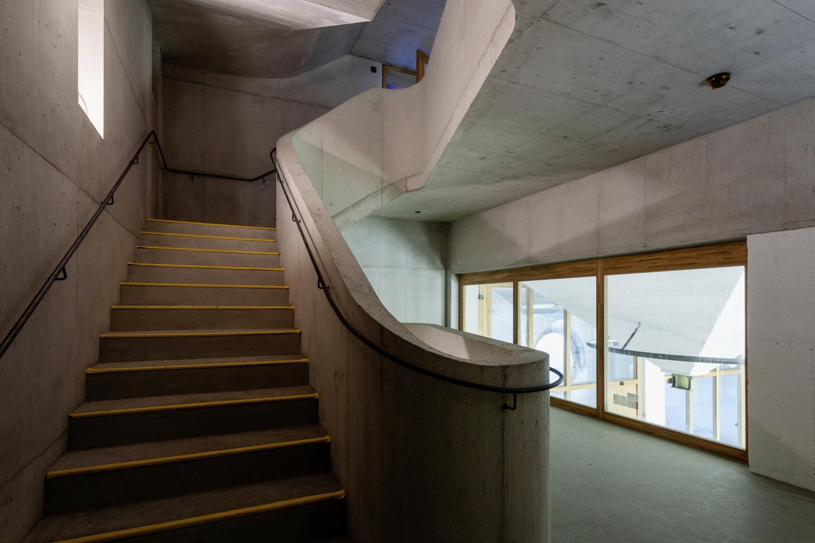 Eine hochpräzise Anfertigung der Schalung durch Erne Holzbau ermöglichte den Einbau dieser einzigartigen Treppenanlagen in Sichtbeton. © Lukas Schwabenbauer