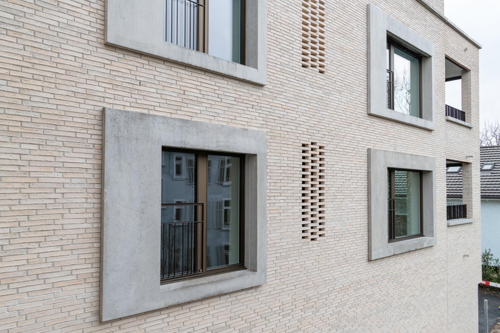 Klinkerfassade mit Perforationen und Betonfenstereinfassungen © René Rötheli • Atelier für Fotografie • CH - 5400 Baden