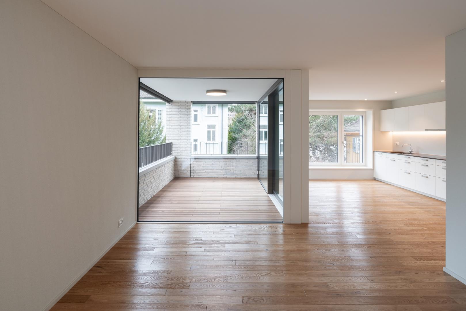 Wohnen/Essen mit eingezogener Loggia als erweiterter Wohnraum © René Rötheli • Atelier für Fotografie • CH - 5400 Baden