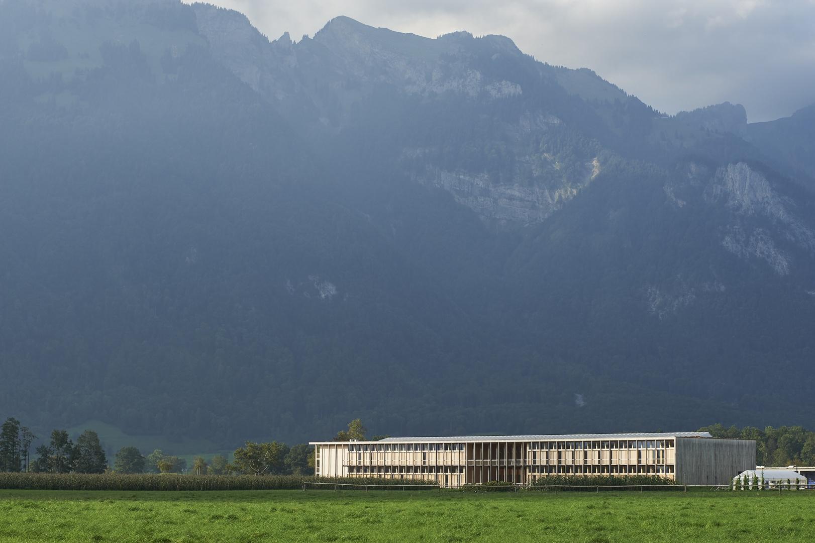 Eingebettet in der wunderbaren Landschaft © Seraina Wirz, Atelier für Architekturfotografie, Böcklinstrasse 17 8032 Zürich