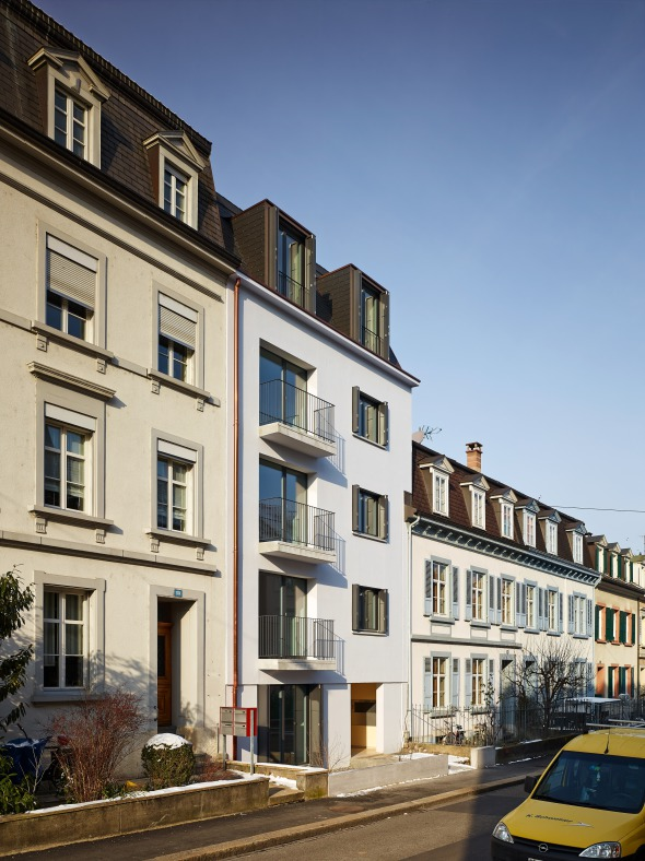Strassenfassade neu - Blickrichtung Rhein   Durch die Eingriffe tritt das Gebäude als eigenständig und in die Randbebauung integriert in Erscheinung © sim architekten gmbh