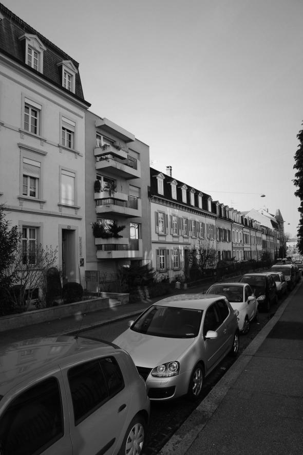Strassenfassade Bestand - Blickrichtung Rhein   Bestandsgebäude als «Fremdkörper» in der sehr gut erhaltenen ursprünglichen Bausubstanz der Randbebauung © sim architekten gmbh