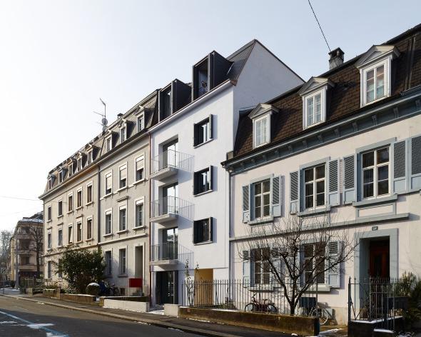 Strassenfassade neu - Blickrichtung Zürcherstrasse   Durch die Eingriffe tritt das Gebäude als eigenständig und in die Randbebauung integriert in Erscheinung © sim architekten gmbh