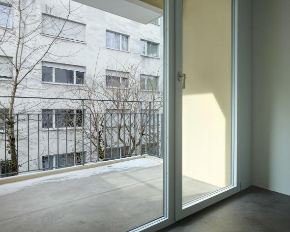 Loggien hofseitig - neu   Räumliche Erweiterung und Intimität durch das Zusammenspiel von Loggia und grosszügiger Verglasung © sim architekten gmbh