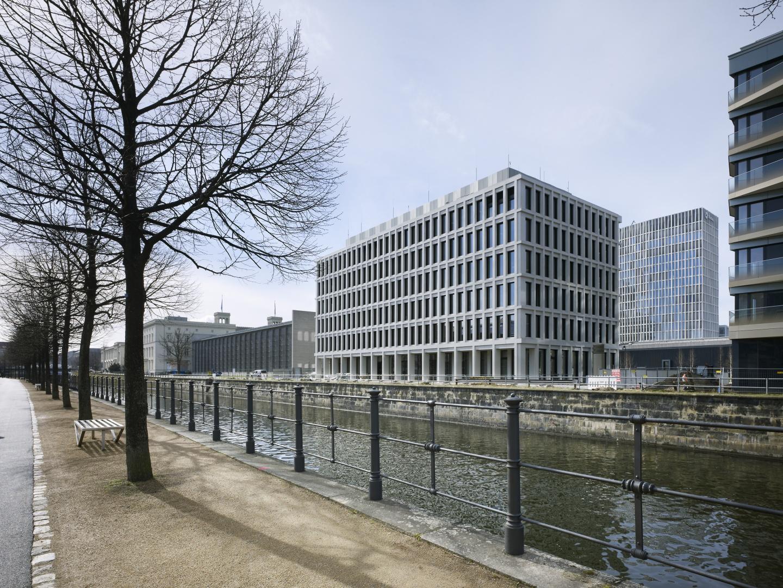 Bürogebäude am Hamburger Bahnhof, Berlin - Blick über den Hohenzollernkanal © Ruedi Walti Forografie, Basel