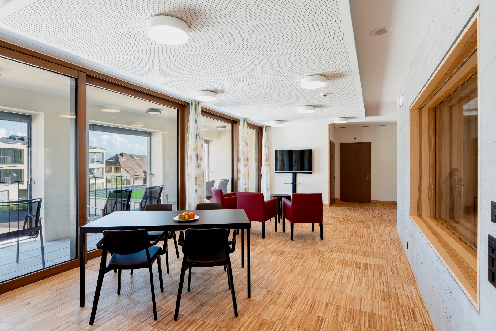 Im Wohn- und Begegnungszentrum öffnen sich immer wieder halböffentliche Bereiche,  in denen sich die  Bewohner treffen können.  © Bruno Meier, Sursee