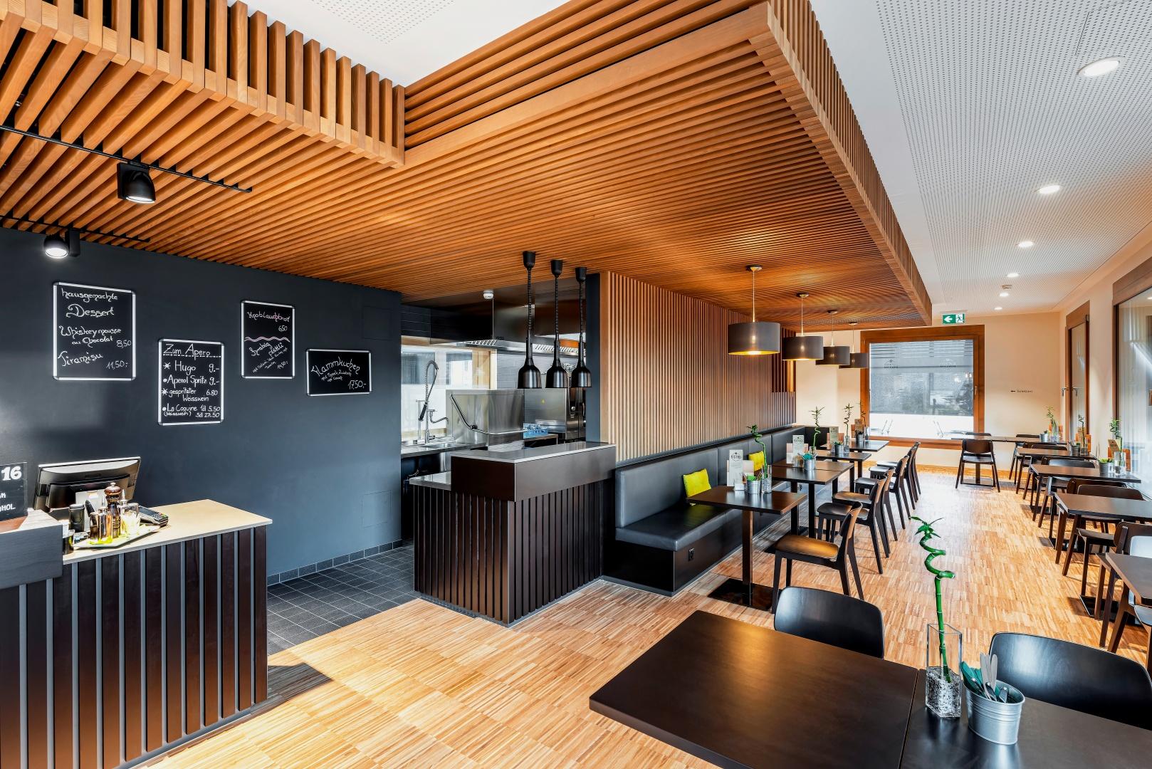 Zum Grundkonzept des Zentrum Chileweg gehört ebenso ein Café-Bistro  (im Bild), eine Bäckerei- Filiale und ein Dorfladen. © Bruno Meier, Sursee