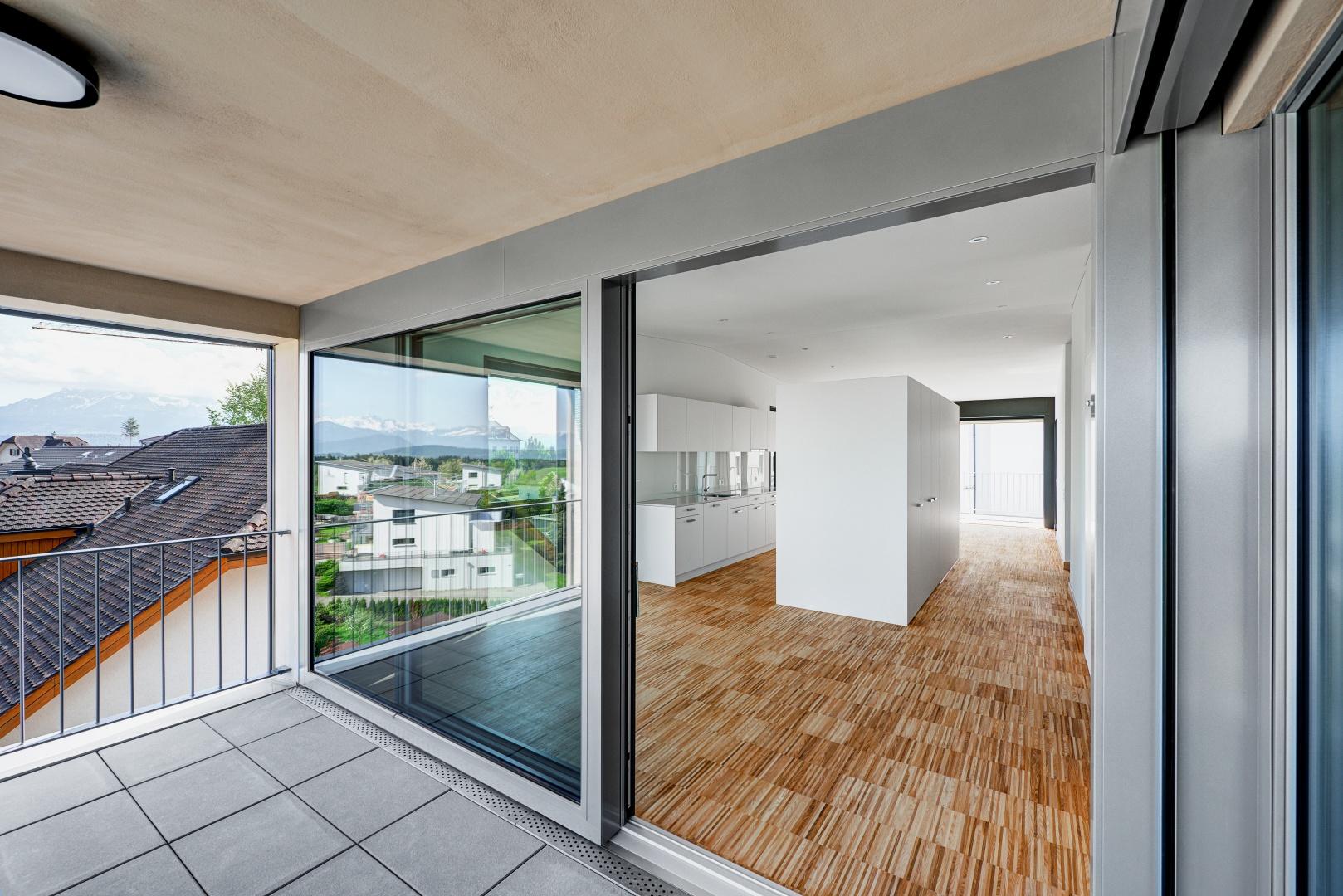 Der warmen Raumstimmung der Kernesche wird bewusst ein kühler Kontrast etwa  durch die Betonflächen entgegengesetzt. © Bruno Meier, Sursee