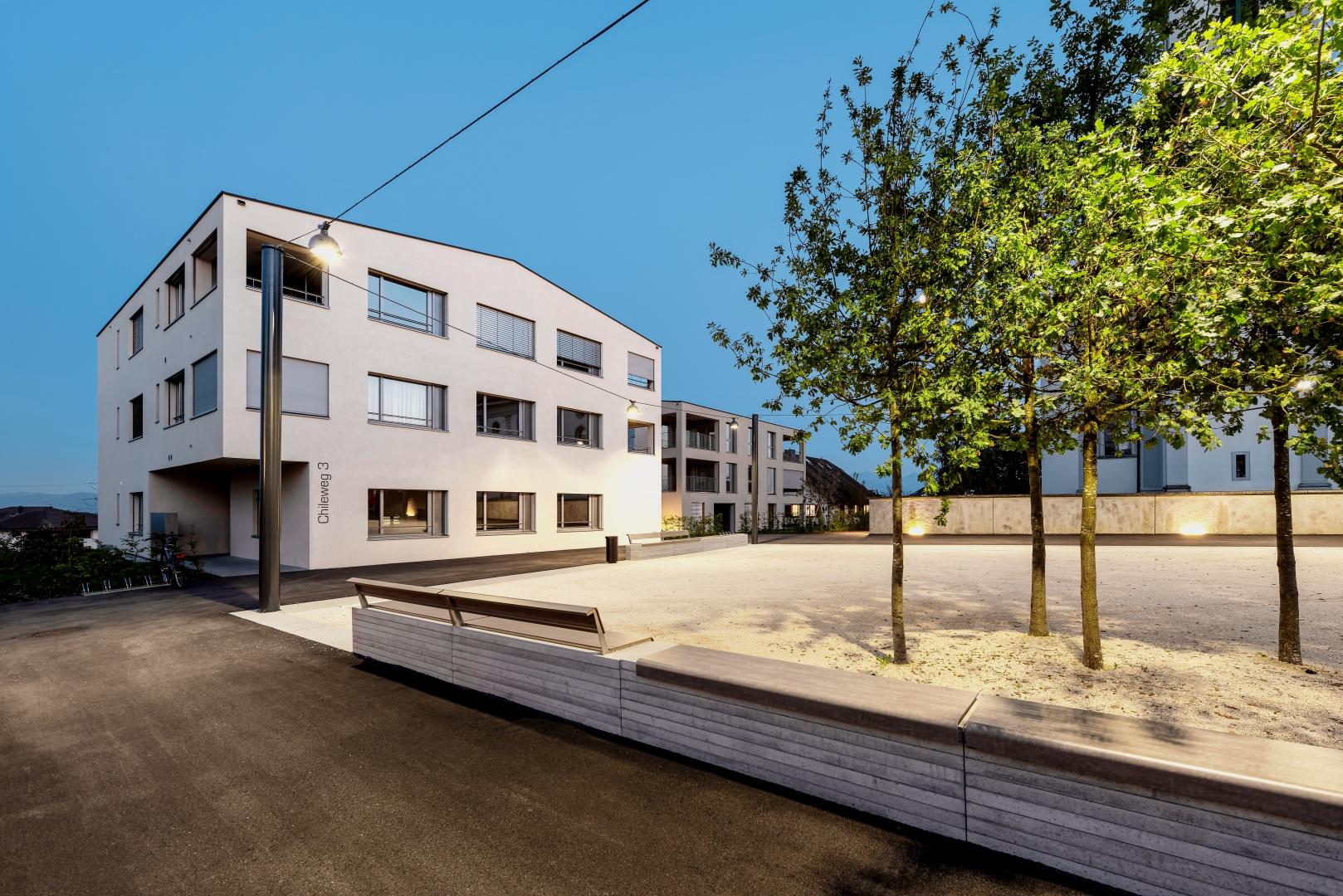 Der Dorfplatz neben der Barockkirche ist das neue soziale Zentrum für die Bewohner der kleinen Gemeinde Rain im Kanton Luzern.  © Bruno Meier, Sursee