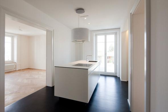 Küche mit Esszimmer und Zugang zum Balkon. Die Hochelemente befinden sich in einer Wandnische © Beat Bühler