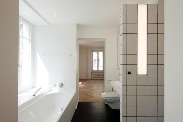 LED-Leuchte die beidseitig Dusche und Lavabo beleuchtet © Beat Bühler