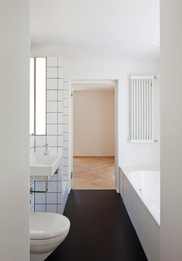 Bad mit Zugang der beiden Schlafzimmer © Beat Bühler
