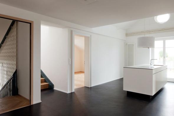 Küche mit Esszimmer in Dachwohnung © Beat Bühler