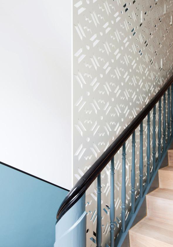 Neue Absturzsicherung mit gelagertem Stahlblech. Das Muster ist einer beim Abbruch zum Vorschein gekommenen Farbschablonierung nachempfunden. © Beat Bühler